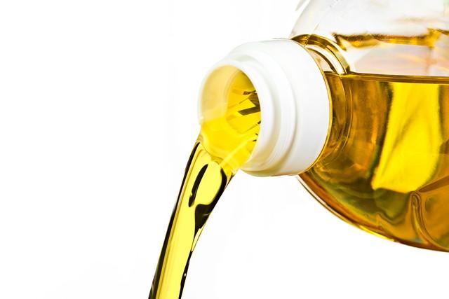 油とペットボトル