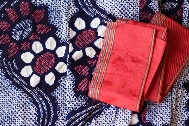 浴衣と赤い帯
