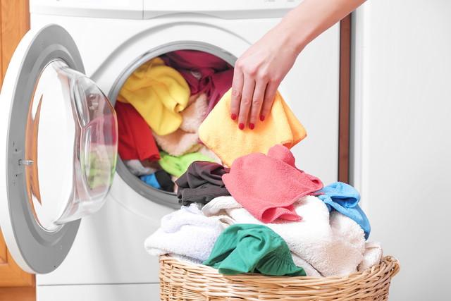 洗濯機に付近をいれる手