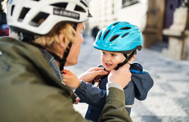 ヘルメットを被る親子