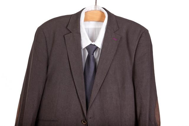 ハンガーに掛かったスーツ