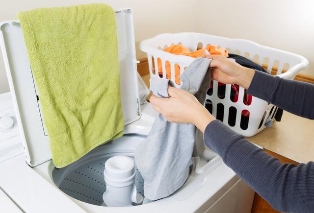 二槽式洗濯機から洗濯物を取り出している手