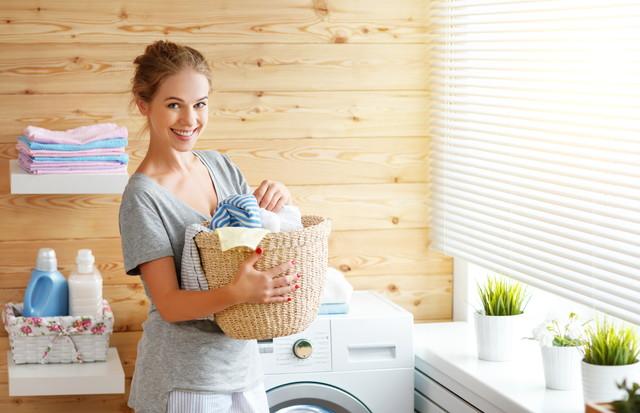 洗濯籠をもつ女性