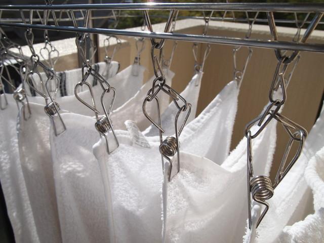 洗濯バサミで吊るされたタオル