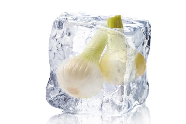 氷の中にはいっている玉ねぎ