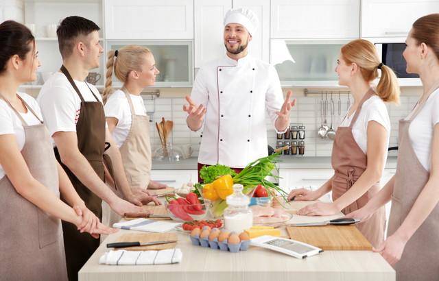 料理の先生と複数の生徒