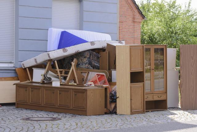 捨てられた家具