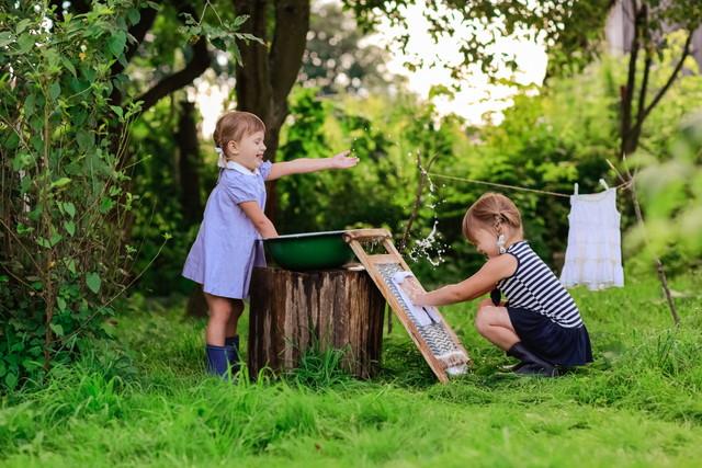 洗濯板で洗い物する子どもたち