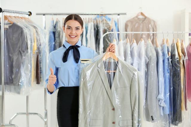 スーツを持っている女性