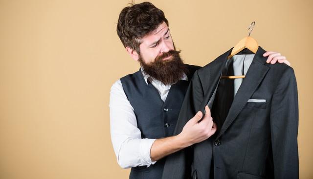 スーツをみている男性