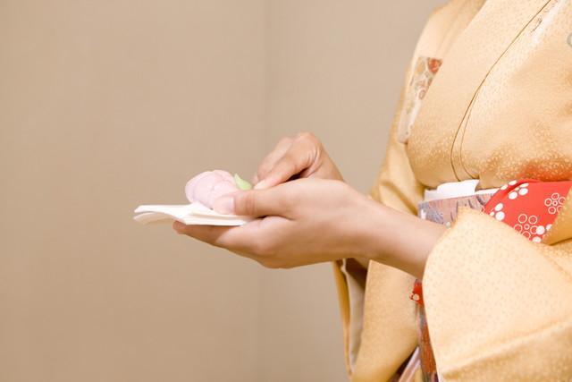 和菓子を食べようとする女性の手元