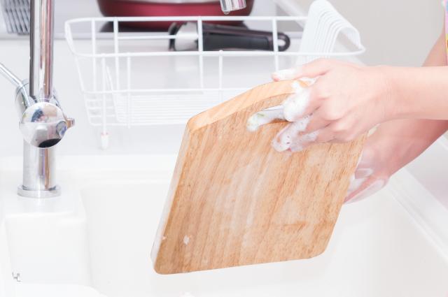まな板を洗う