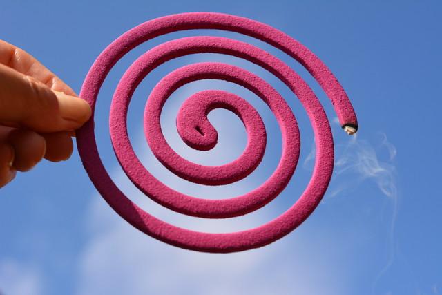 青空に向けた、ピンク色の蚊取り線香