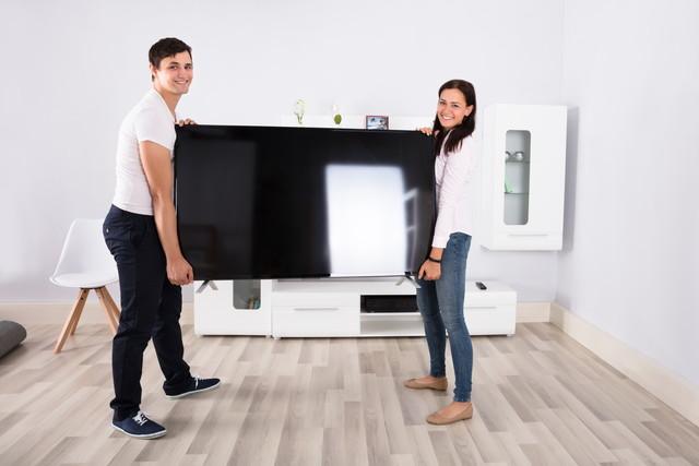 テレビを運ぶ男女