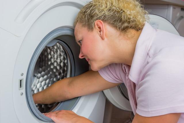 洗濯機を掃除する女性