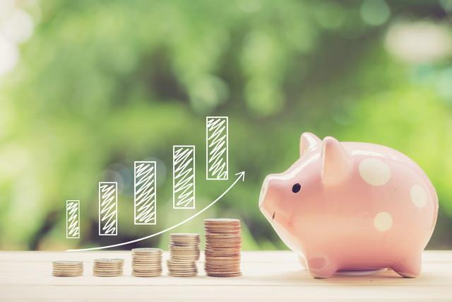 貯金箱と節約のイメージ