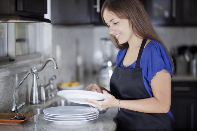 食器を拭く女性
