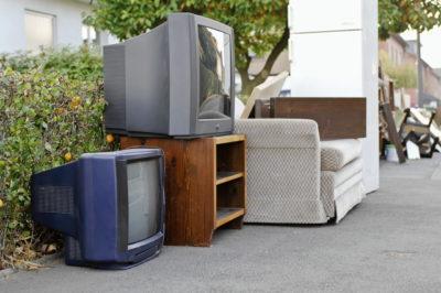 ゴミ置き場に置いてあるテレビ