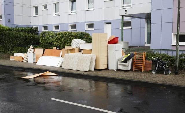 ゴミ捨て場に捨てられた家具
