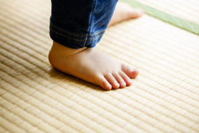畳に立っている子供の足