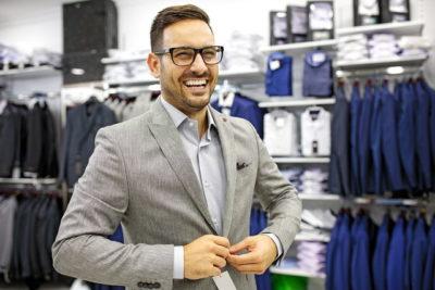 笑顔でスーツを着ている男性