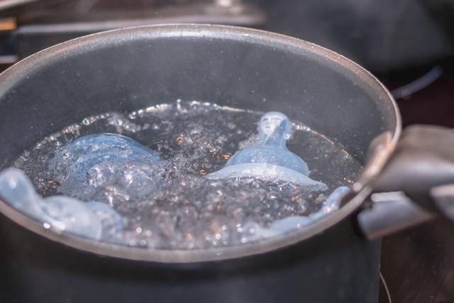 沸騰したお鍋で赤ちゃんのおしゃぶりの殺菌