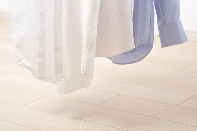 部屋干しのシャツ三枚の裾の部分