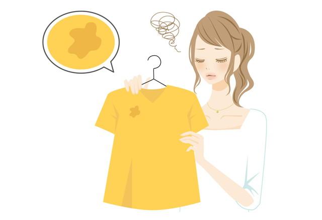 服の汚れにショックを受ける女性