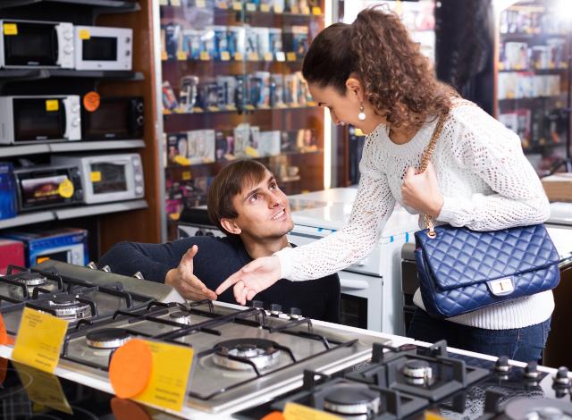 ガスコンロを買う女性