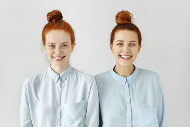 同じ服を来た女性
