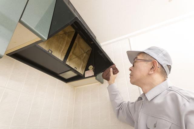 換気扇掃除を点検する業者