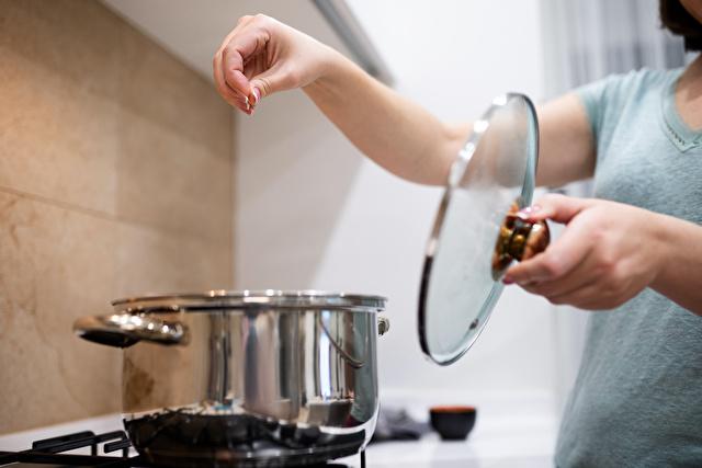 塩を鍋にふりかける