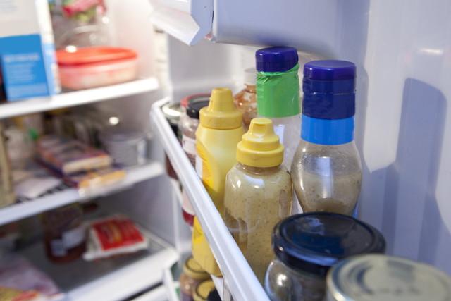 室内冷蔵庫のドアと調味料