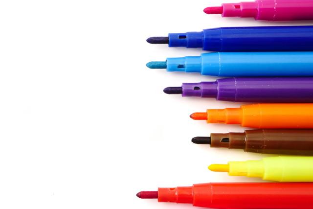 白い背景の上の魔法のカラフルなペン