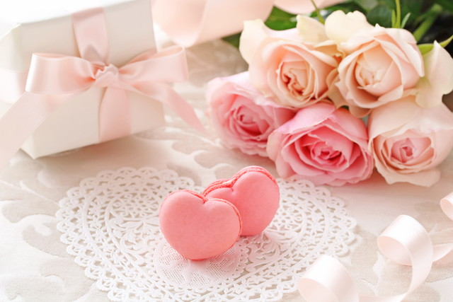 ピンクのリボン、マカロン、薔薇