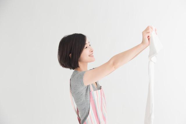 洗濯物を広げる主婦