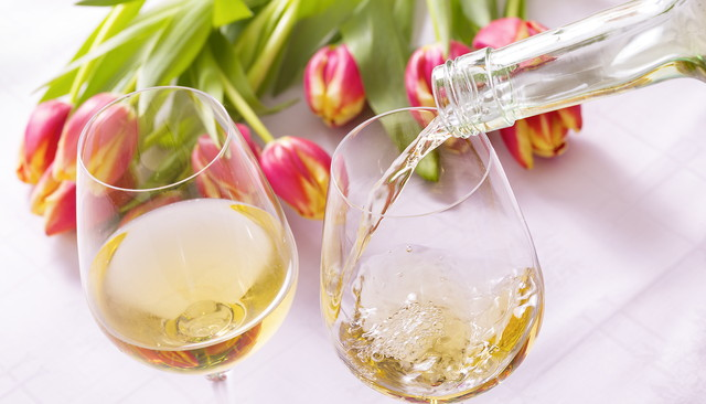 白ワインが入ったグラス2つ