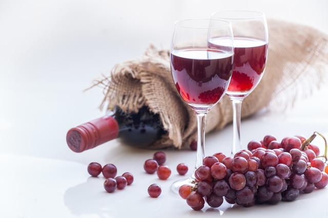 赤ワインが入ったグラス2つとボトル