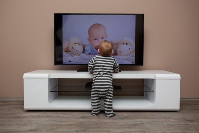 テレビを見ている男の子