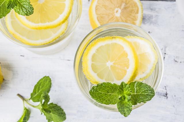 グラスに浮かべた輪切りのレモンとミント