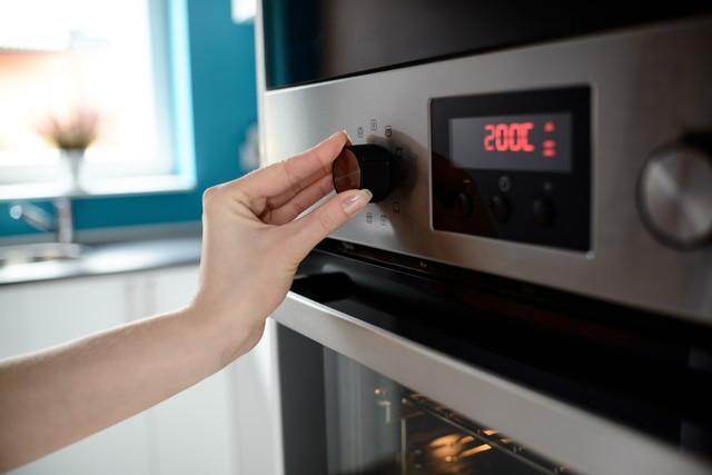 オーブンの温度を設定しているところ、200℃と表示されている