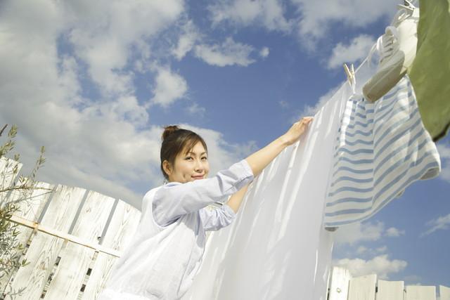 布団を干す女性
