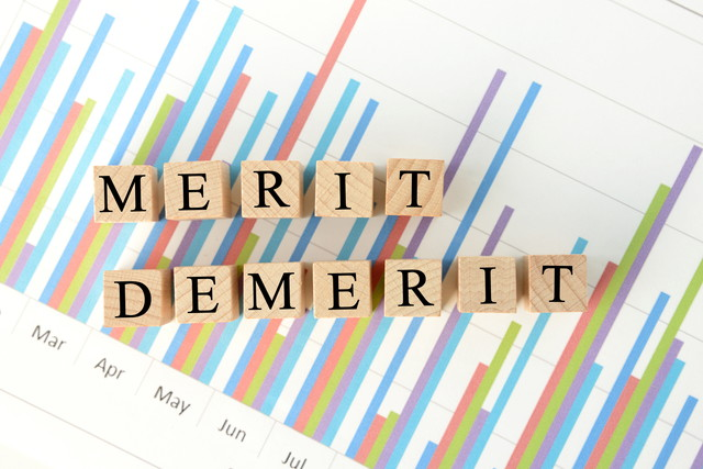 メリット・デメリットの木製のブロックとグラフ