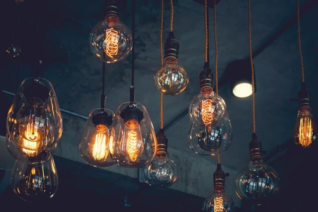 吊り下げられたたくさんの電球