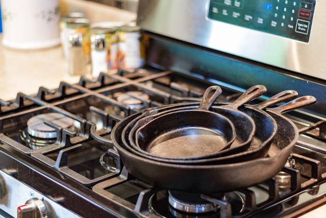 コンロに重ねて置かれた鍋