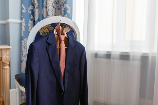 室内でかけられたスーツ