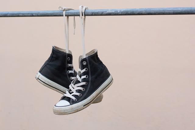 靴紐をほどいたスニーカー