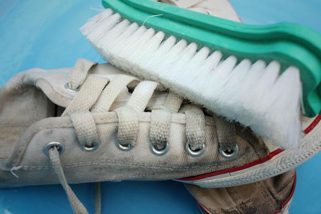 大きなブラシで磨いている靴