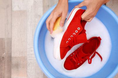 バケツで浸け置きする靴