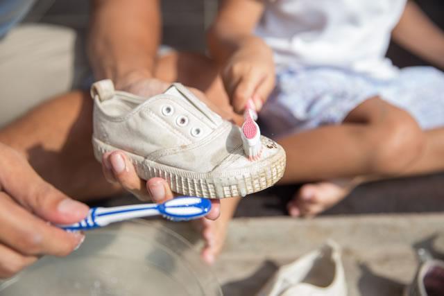 歯ブラシで磨いている靴